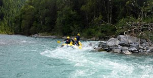 Powerraft fährt durch Welle beim Rafting im Lechtal Tirol.