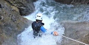 Abseilen in Wasserfall bei Canoyningtour im Lechtal Tirol