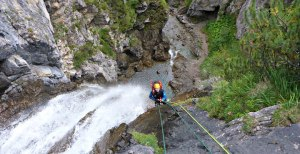 blick von oben beim Canyoning - hoher Wasserfall zum Abseilen