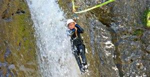 Kind an einer Seilrutsche während einer Canyonintour im Lechtal Tirol Österreich