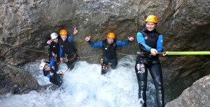 glückliche Familie beim Canyoning im Lechtal Tirol