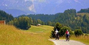 Familie auf dem Radwanderweg Lechtal