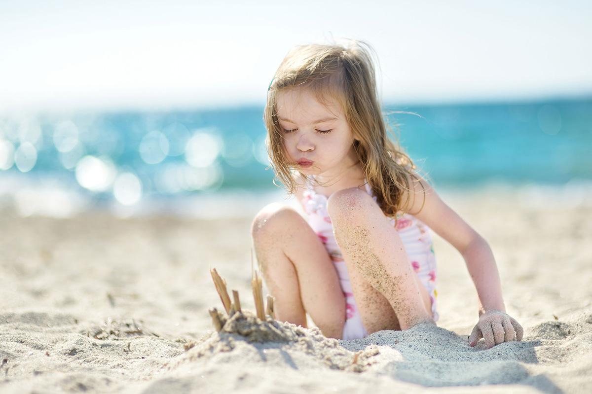 Jeu Libre - l'importance - enfant joue avec le sable