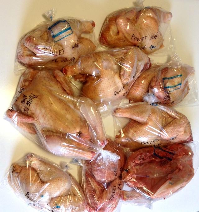 Les coqs sont emballés avant congélation