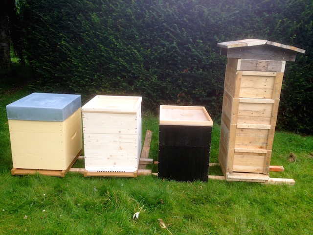 Trois ruches Dadant et une ruche Warré construite avec une palette...