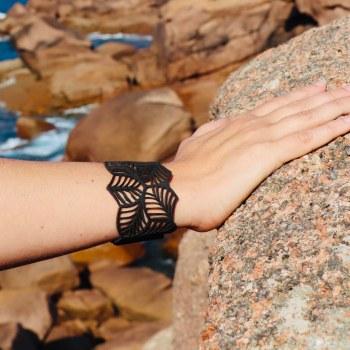 Bracelet cuir noir motif feuilles