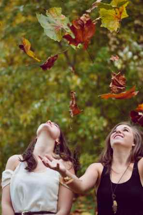 girls and fall leaves-nature-comportements