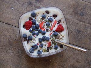 Testez le porridge aux fruits rouges pour le goûter ! © Denna Jones