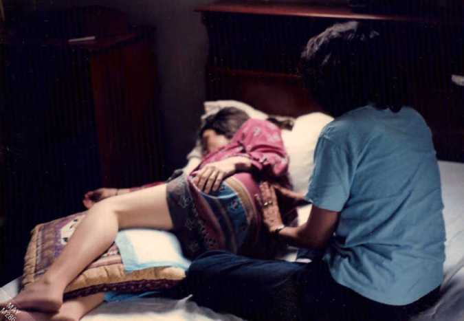 massage du dos d'une femme enceinte en plein accouchement