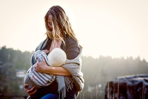maman qui allaite son bébé en public