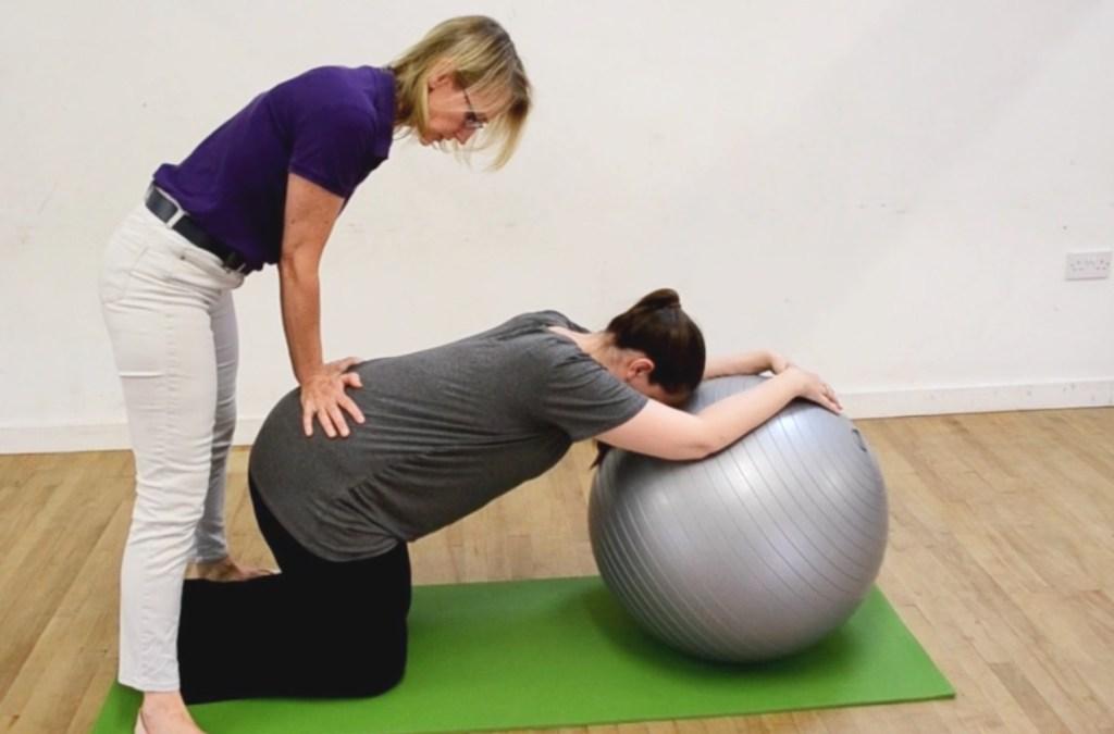 La double pression des hanches pendant l'accouchement - Naturelle Maman