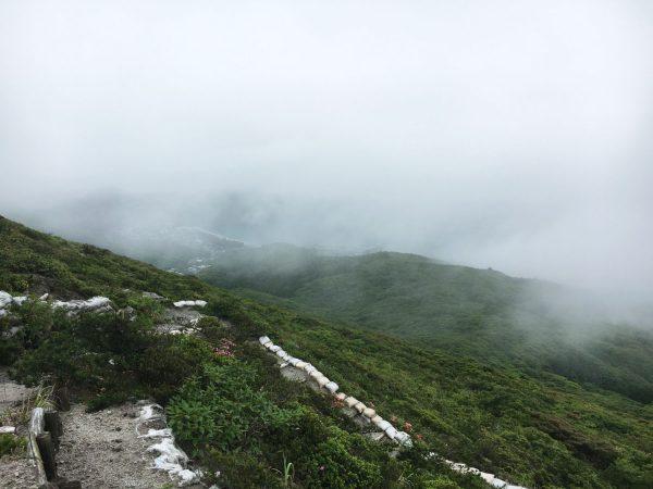 雲の切れ間から、集落と海が見える