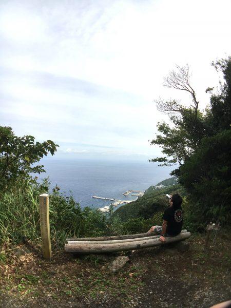 御蔵島の港を見下ろす高台で