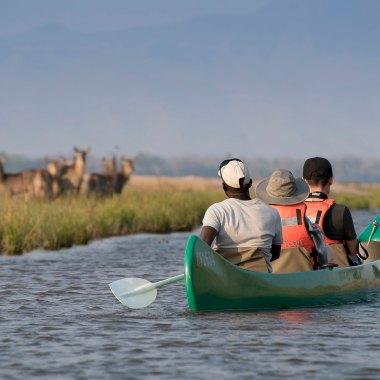 Canoe-safari-in-Mana-Pools-(1)