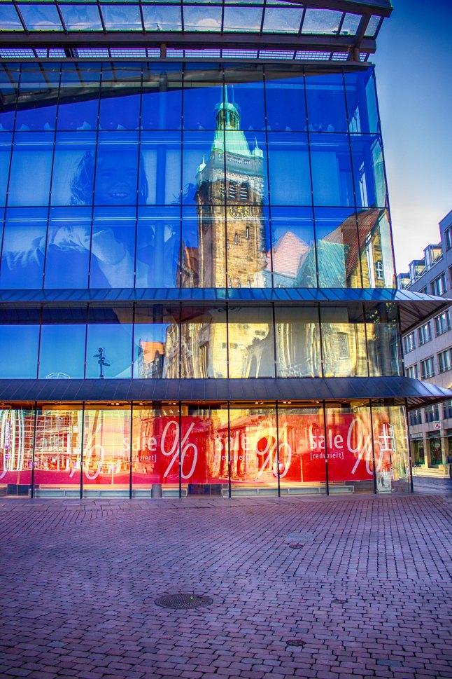 Spiegelung des Chemnitzer Rathauses in der Fassade der Galeria Kaufhof