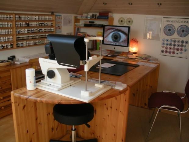 Schreibtisch, Irisdiagnose, Globuli, Praxis