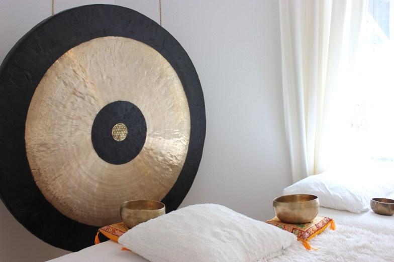 Klangraum mit Klangliege und Gong