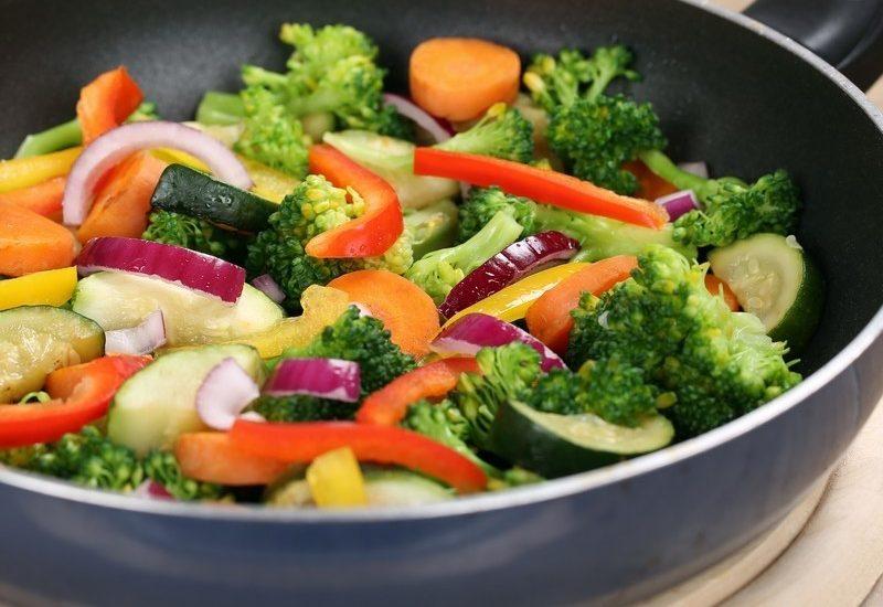 cucina-le-verdure-al-meglio-con-una-padella-antiaderente-800x550