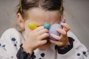 therapie-enfant-timide-sophrologue-delphine-zech. Des exercices qui aident l'enfant à surmonter sa timidité.