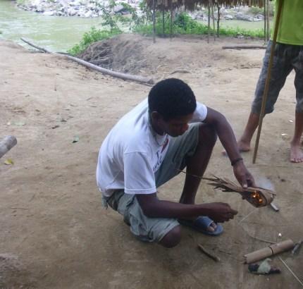 Orang Asli beim Feuermachen
