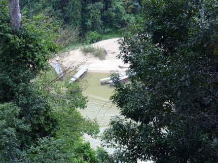 Langboote am Fluss