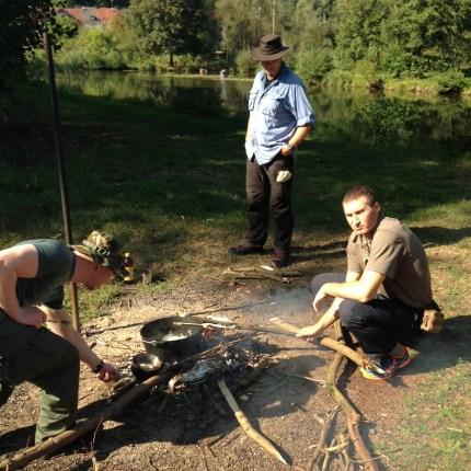Fischzubereitung am Feuer