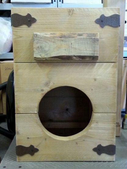 Katten-Krabpaal met oude hoeornamenten