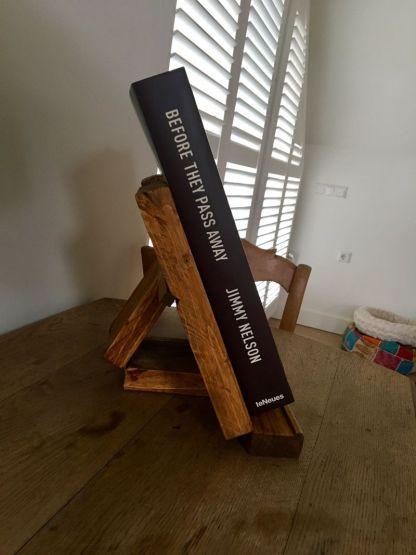Boekenstandaard van Steigerhout in Old-Brown met boek vanaf dezijkant