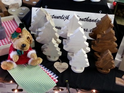 Kerstboompje van Steigerhout op onze kerstmarkt in diverse kleuren