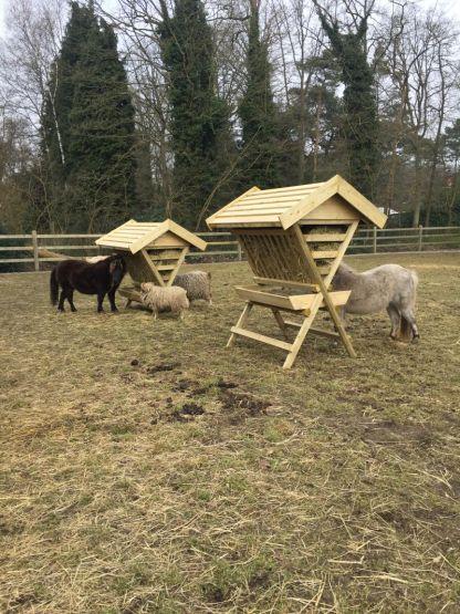 let op het hoogteverschil tussen de hooiruif voor ponys en paarden de hooiruif voor geiten en schapen