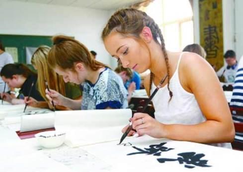 Ученик рисува йероглифи с четка
