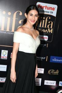 amyra dastur hot at iifa awards 2017 MGK_16340020