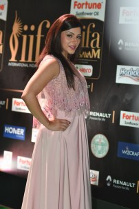 mehreen pirzada kaur hot at iifa awards 2017 HAR_58730007