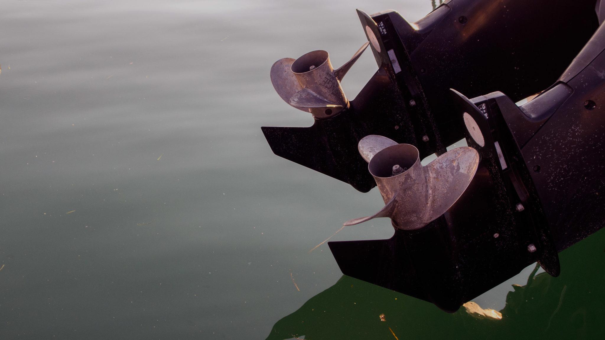 manœuvrer un bateau à deux moteurs hors bord