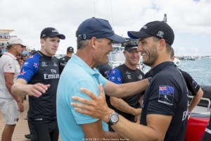 Sir Russell Coutts felicita a Emirates Team New Zealand