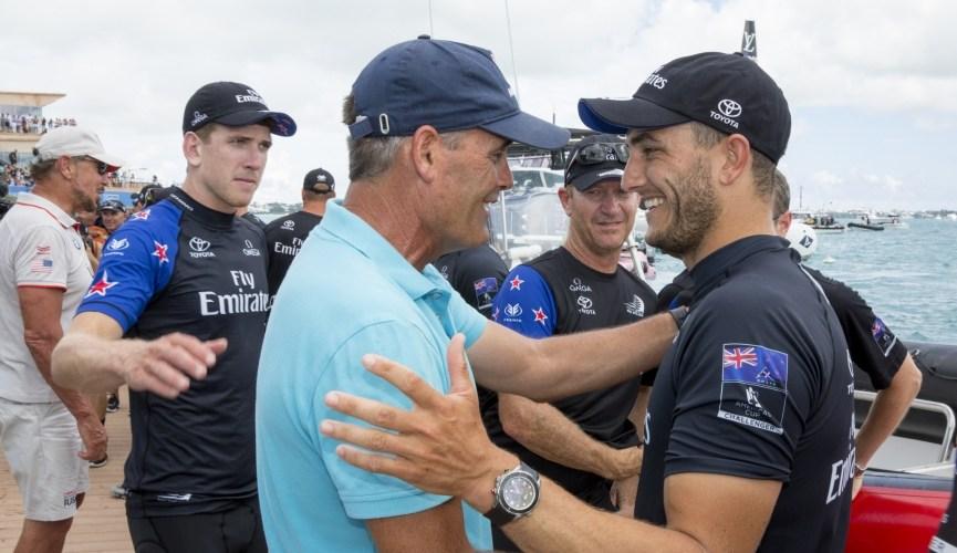 Sir Russell Coutts felicita a Emirates Team New Zealand