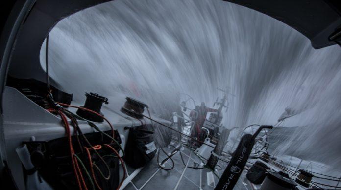 El team AkzoNobel sigue liderando la Etapa 9 de la Volvo Ocean Race