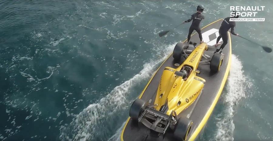 Renault presenta su F1 surfeando las olas australianas