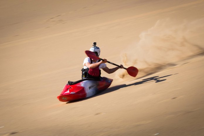 Surfeando en kayak por el desierto de Namibia
