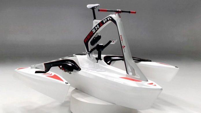 Red Shark Bikes , trimarán bicibleta sobre el agua