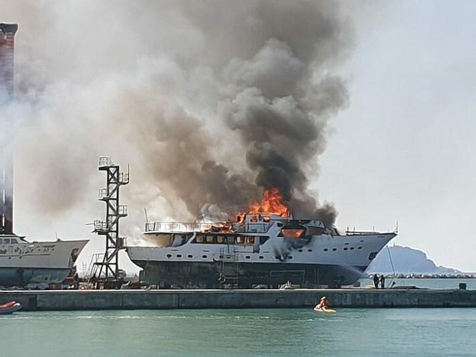 Incendio de un barco de 34 metros en La Spezia