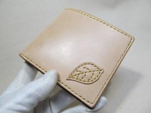 ヌメ二つ折り財布リーフ刺繍
