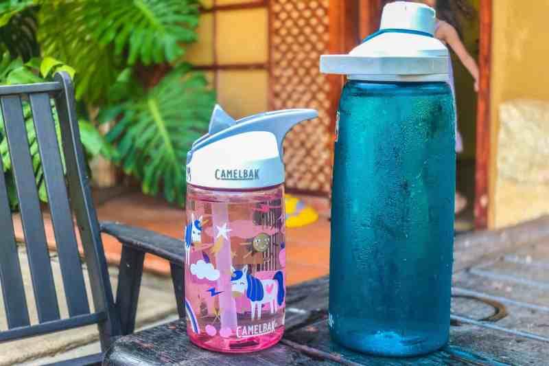 בקבוק Camelbak Eddy של ליטר למבוגרים לצד בקבוק לילדים