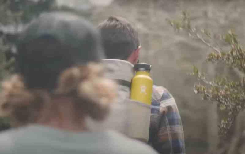 בקבוק מים Hydro Flask נכנס למעמדי הכוסות ברכבים וכיס הצד בתרמיל