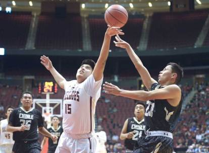 Navajo Times | Donovan Quintero Chinle Wildcat Chance Harvey, right, narrowly gets the ball by defending Winslow Bulldog Dakota Spencer (15) Friday during the Arizona 3A boys semifinals at the Gila River Arena in Glendale, Ariz.