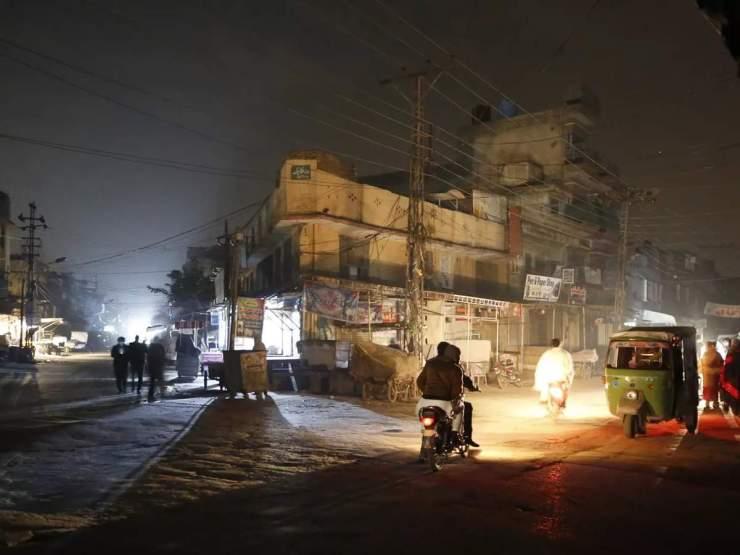 पाकिस्तान के कई शहरों में अब भी छाया है अंधेरा