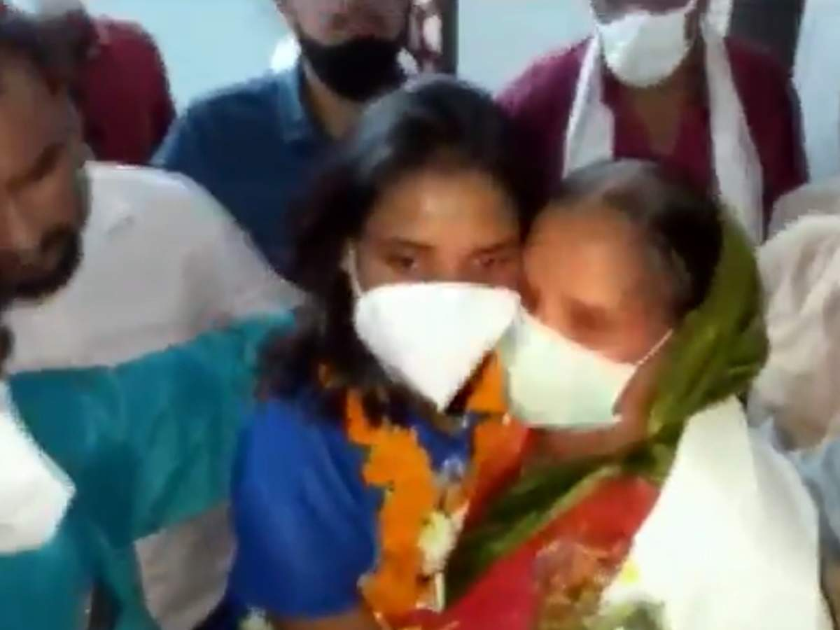 Vandana got emotional when she met her mother, the girl who made history in the Olympics hugged and cried – Vandana Kataria got a warm welcome, got emotional after meeting her mother