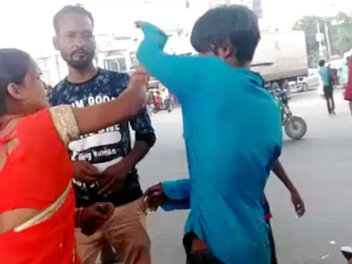 Woman beats tempo driver friend: Video of woman beats tempo driver friend with slippers goes viral on social media