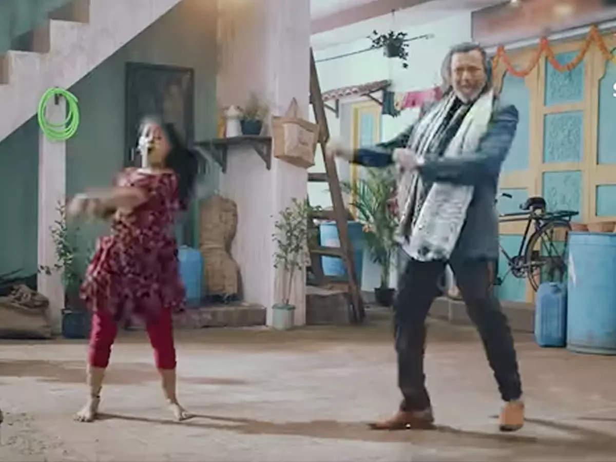 Mithun Chakraborty in Chiku Ki Mummy Mithun Chakraborty: Mithun Chakraborty's explosive entry in Chiku Ki Mummy Durr Kei show dances on Disco Dancer Watch Promo