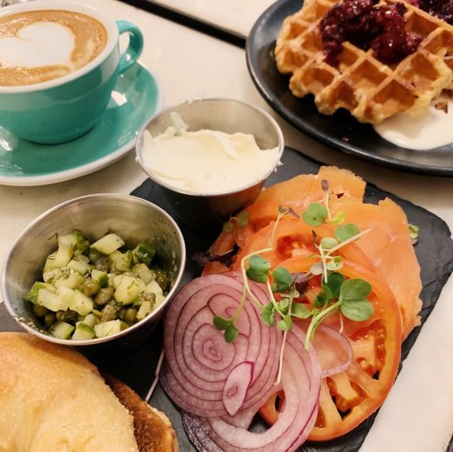 Blank Tea, brunch avec café, toast saumon et gauffre